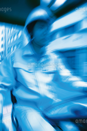 フォークリフトを操作する男性の写真素材 [FYI02389271]