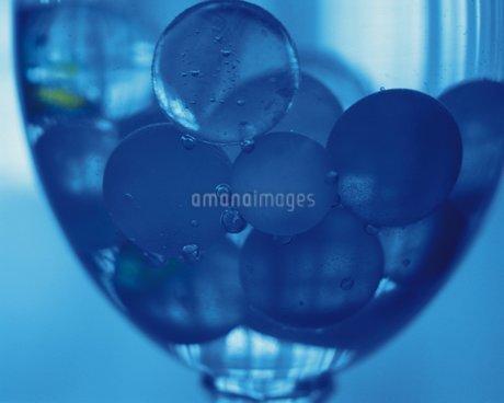グラスの中のビー玉の写真素材 [FYI02393285]