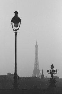 街並みとエッフェル塔の写真素材 [FYI02393748]