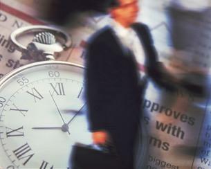 ビジネスマンと時計のイメージの写真素材 [FYI02396720]
