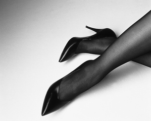 女性の足のポートレートの写真素材 [FYI02397274]