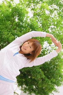 ストレッチする女性の写真素材 [FYI02398171]