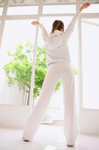 ストレッチする女性の後ろ姿の写真素材 [FYI02398176]