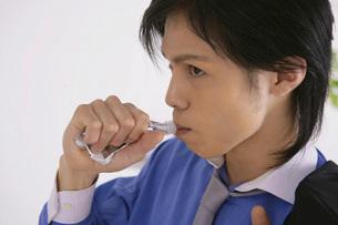 ゼリードリンクを飲む男性の写真素材 [FYI02398189]