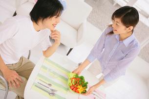 朝食をとるカップルの写真素材 [FYI02398193]