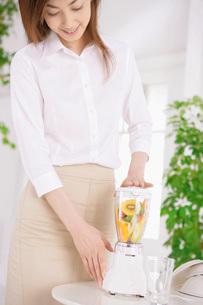 ジュースを作る女性の写真素材 [FYI02398196]