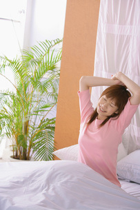 起きる女性の写真素材 [FYI02398201]