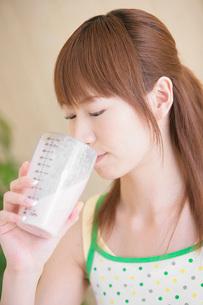 プロテインを飲む女性の写真素材 [FYI02398204]