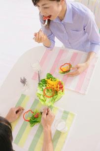 サラダを食べる女性の写真素材 [FYI02398205]