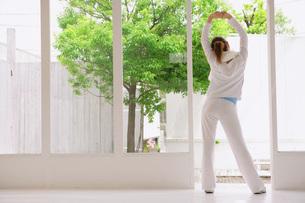 ストレッチをする女性の写真素材 [FYI02398207]