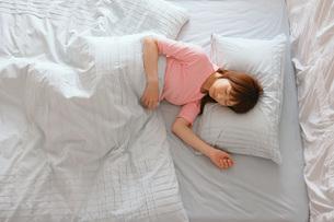 眠る女性の写真素材 [FYI02398208]