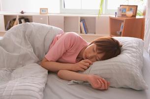眠る女性の写真素材 [FYI02398405]