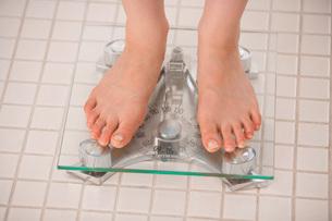 体重を測る女性の写真素材 [FYI02398406]