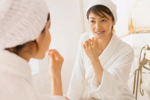 歯磨きをする女性の写真素材 [FYI02398411]