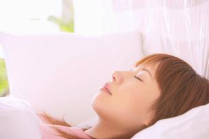 眠る女性の写真素材 [FYI02398424]