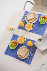 2人分の朝食の写真素材 [FYI02398442]