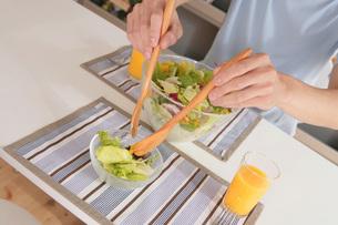 サラダを取り分ける手元の写真素材 [FYI02398468]