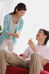 ジュースを飲むカップルの写真素材 [FYI02398588]