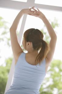 腕を伸ばす女性の写真素材 [FYI02398694]