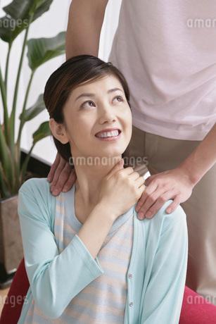マッサージをするカップルの写真素材 [FYI02398700]