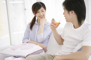 話をしている男性と女性の写真素材 [FYI02398770]