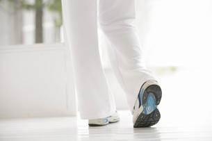 歩く女性の脚の写真素材 [FYI02398829]