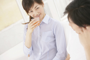 野菜ジュースを飲む女性の写真素材 [FYI02398855]