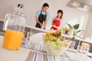 料理するカップルの写真素材 [FYI02398867]