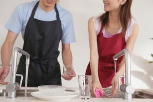 食器を洗う女性の写真素材 [FYI02398930]