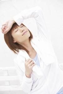 タオルを首にかける女性の写真素材 [FYI02398984]