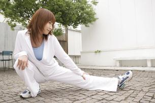 足を伸ばす女性の写真素材 [FYI02399031]