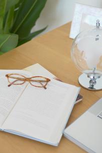 デスク上の書物やメガネの写真素材 [FYI02399166]