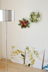 壁に飾った花リースの写真素材 [FYI02399183]