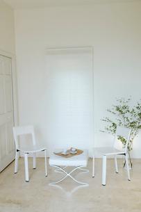 白を基調としたリビングルームの写真素材 [FYI02399214]