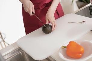 料理する女性の写真素材 [FYI02399220]