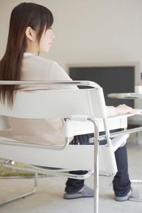椅子に座る女性の写真素材 [FYI02399230]
