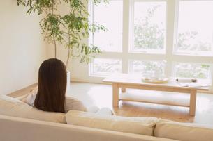 ソファにくつろぐ女性の写真素材 [FYI02399283]