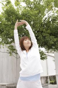 腕を伸ばす女性の写真素材 [FYI02399317]