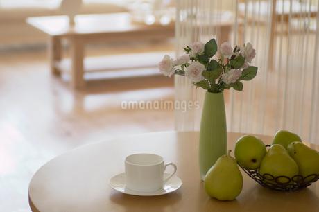 ティーカップと花と果物の写真素材 [FYI02399323]