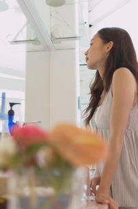 鏡を見る女性の写真素材 [FYI02399457]