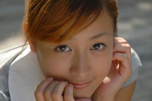 頬杖をつく女性の顔のアップの写真素材 [FYI02399549]