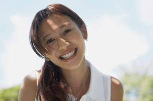 髪の長い笑顔の女性の写真素材 [FYI02399578]