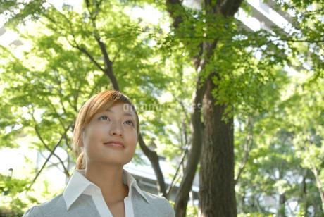 外を歩く女性の写真素材 [FYI02399641]
