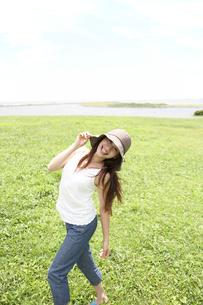 帽子をかぶった女性の写真素材 [FYI02399724]
