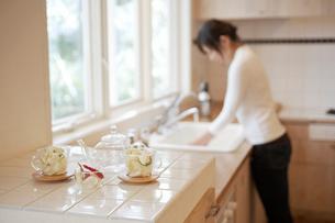 キッチンに立つ女性の写真素材 [FYI02399732]