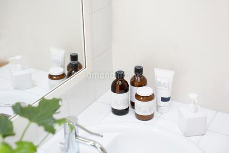 白を基調とした洗面所の写真素材 [FYI02399758]