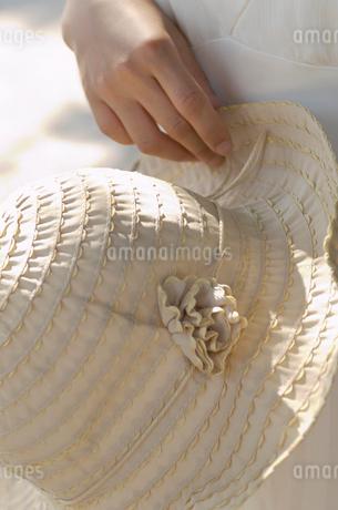 帽子を持つ女性の手の写真素材 [FYI02399929]