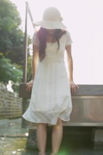 帽子をかぶった女性の写真素材 [FYI02399959]