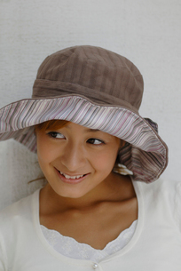 帽子をかぶった女性の写真素材 [FYI02399975]