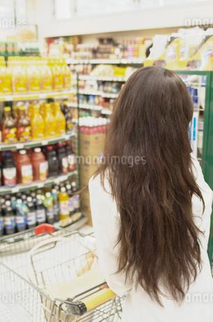 ショッピングをする女性の写真素材 [FYI02399977]